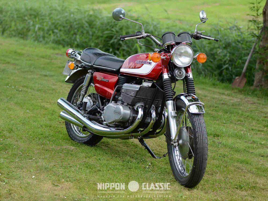 Trotz Dreizylinder-Motor verbaute Suzuki eine doppelflutige Auspuffanlage an jeder Seite