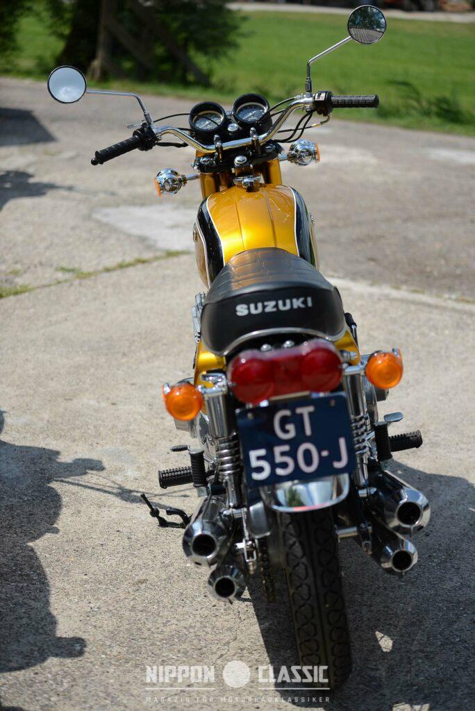 Anders als Kawasaki, setzte Suzuki auf eine 3-in-4 Auspuffanlage